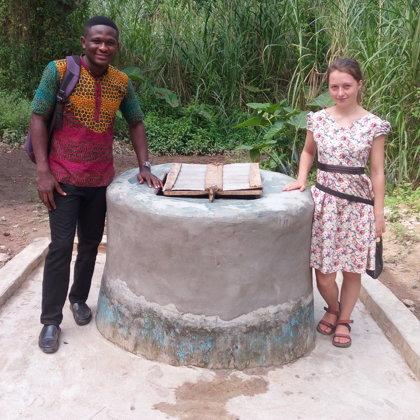 Yawkrakrum - Abedinago & Johanna begutachten den renovierten Brunnen